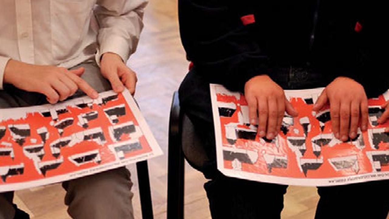 Gość z niepełnosprawnością wzroku w muzeum -  audiodeskrypcja do dzieł plastycznych